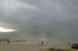 Mot me shi e breshër në Vlorë, pushuesit boshatisin plazhet