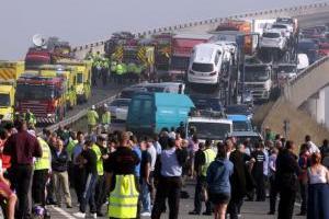 Përplasen 130 makina për shkak të mjegullës në Britani