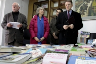 "Ambasada amerikane pasuron bibliotekën ""Hivzi Sylejmani"" me libra bestsellerë"