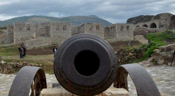 Kosovari dyshohet se e përdhunoi turisten angleze në Prizren teksa po e vizitonte Kalanë