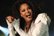 Janet Jackson nuk mund të mbajë lotët në skenë (Video)