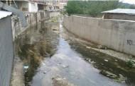 Ujërat e zeza vërshojnë lumin në Suharekë (Foto)