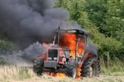 Digjet traktori me kashtë në Sopijë të Suharekës