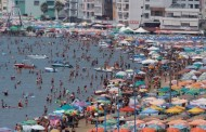 Turisti vdes papritur në plazh