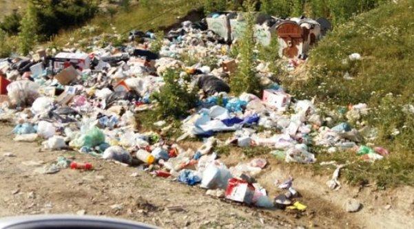 Suharekë: Banorët e dy fshatrave në 'hall' me erën e keqe (Video)