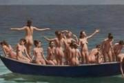 Politikani tallet me emigrantët, poston femra nudo