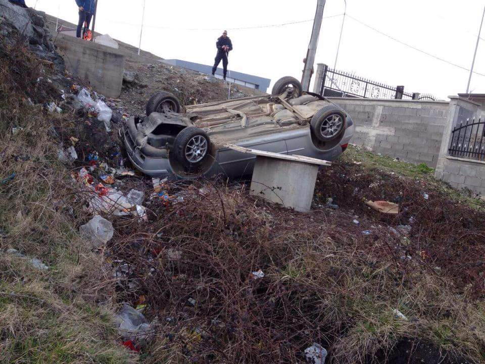 Rrokulliset një veturë në Prizren, lëndohet një femër