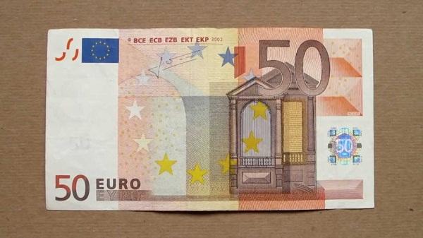 Prizren- Zyrtarja e bankës has në para të falsifikuara