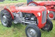Suharekë, lëndohet një preson pasi bie nga traktori