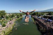 Mbahet gara tradicionale e kërcimit tek Ura e Fshenjt