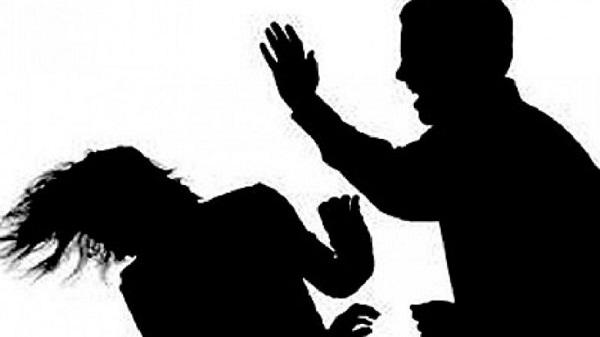 Suharekë: Një person rrah bashkëshorten e vëllait të vet, tjetri rrah motrën