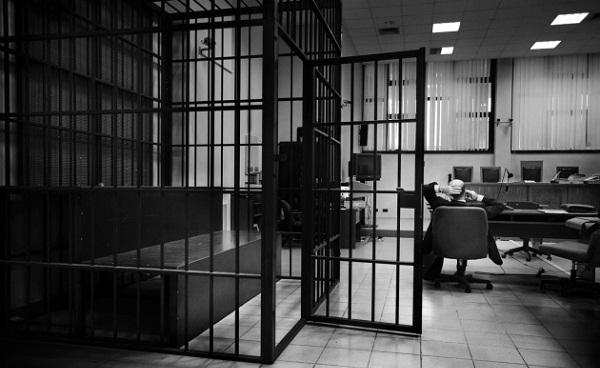 Një muaj paraburgim për sulmuesin e bashkëshortes dhe djalit të tij