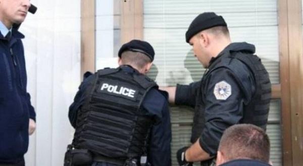 Policia bastisë një shtëpi në Gelancë të Suharekës dhe konfiskon armë