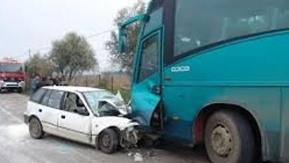 Aksident në Kushnin të Hasit: Një veturë përplaset me autobusin