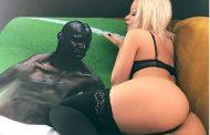 Aktorja e filmave porno 'seks' me posterin e Mario Balotellit