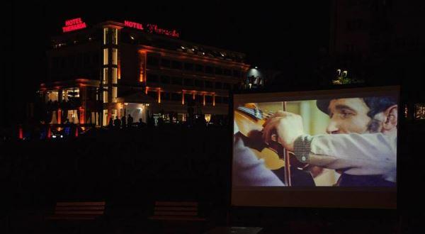 Teatri Profesionist i Prizrenit së shpejti do ta marrë emrin e Bekim Fehmiut
