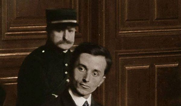 Avni Rrustemi zhduki në Paris Esat Pashë tradhtarin!