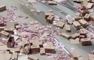 E gjithë autostrada mbushet me pica (Video)