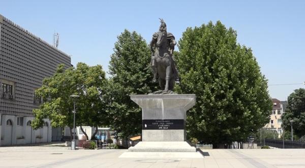 Monumentit të Skënderbeut i shtohen dy elemente kombëtare
