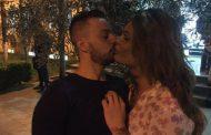 Linda sjell të dashurin në Shqipëri, puthje të nxehta pas spektaklit