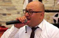 Këngëtarin kosovar e mbulojnë me para