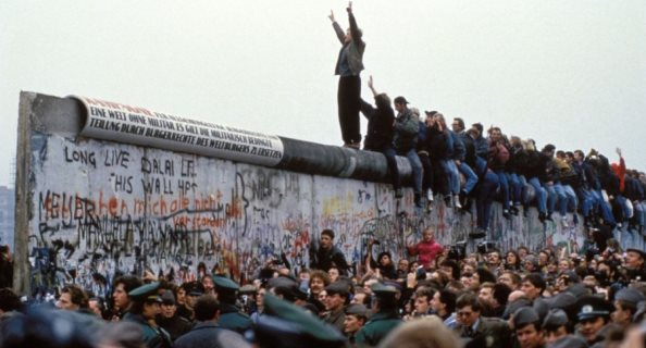 Historia e vëllezërve kundër murit të Berlinit në shkollat gjermane si roman grafik