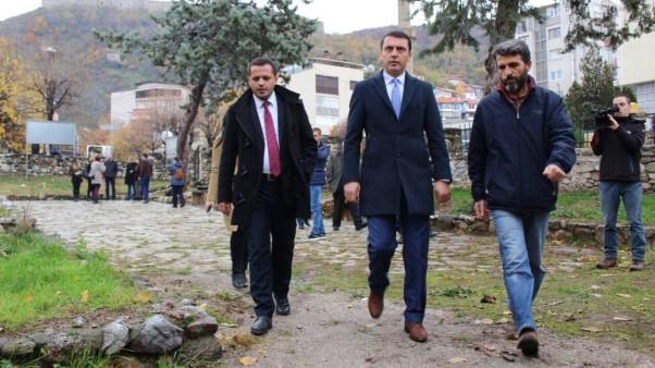 Ministri  Kujtim Gashi përuron disa monumente të trashëgimisë kulturore në Prizren