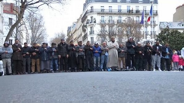 Francë, myslimanët ndalohen të lutën në rrugë
