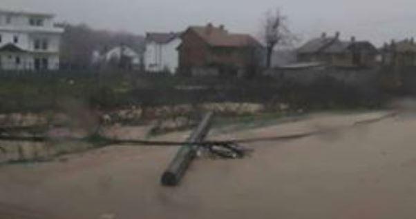 Era e fortë shkakton telashe në disa fshatra të Hasit, mungon edhe energjia elektrike