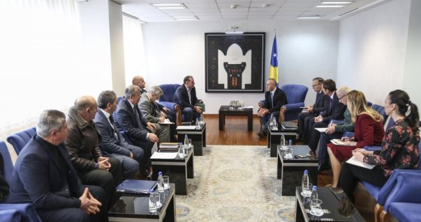 Haradinaj mbështet prodhuesit e miellit për vendosjen e banderolave