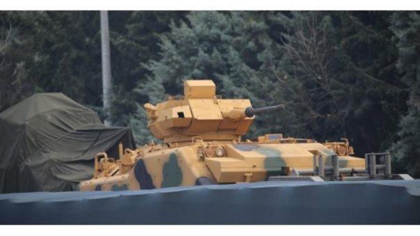 Turqia përforcon me autoblinda, repartet në kufirin sirian