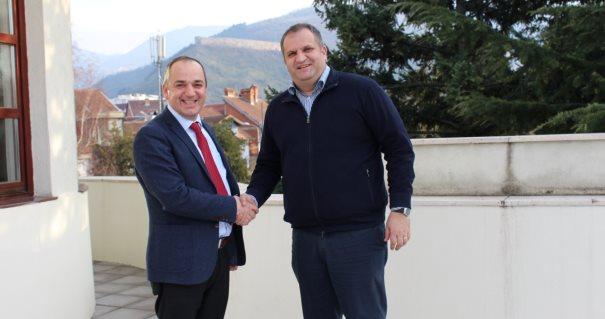 Mytaher Haskuka bleu qumësht më shtrenjtë se Shpend Ahmeti në Prishtinë