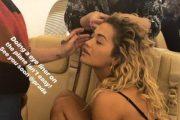 """Rita Ora, me të brendshme dhe """"make up"""" në avion (Foto)"""