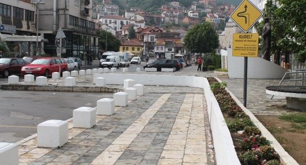 Komuna e Prizrenit largon pengesën e vendosur në mes të trotuarit që pengonte lirinë e lëvizjes
