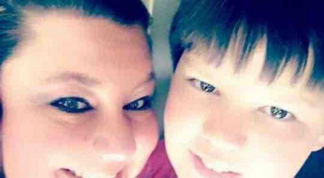 Nëna zemërthyer shpërndan fotografinë e djalit të saj në arkivol