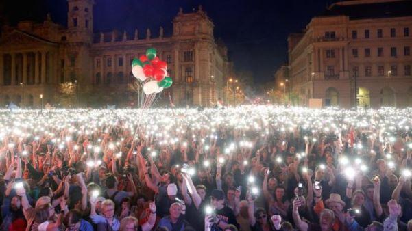 Mijëra njerëz protestojnë kundër Orbanit