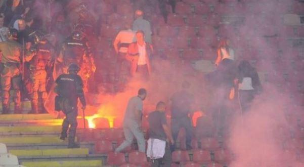 Përgjaket derbi i Serbisë, tifozët i vënë flakën stadiumit