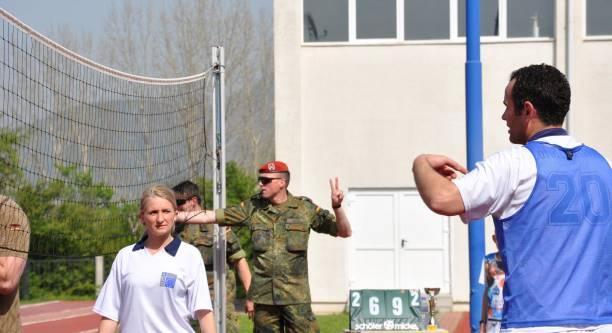 /Foto Lajm/ Komandanti i KFOR-it gjerman- gjyqtar i ndeshjes së volejbollit
