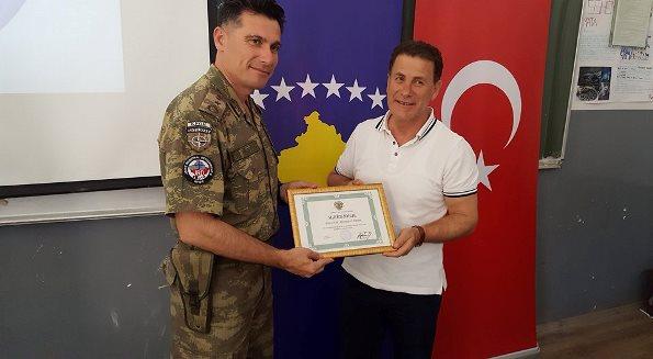 """KFOR-i turk ndihmon gjimnazin """"Gjon Buzuku"""" në Prizren me mjete teknologjike (Foto)"""