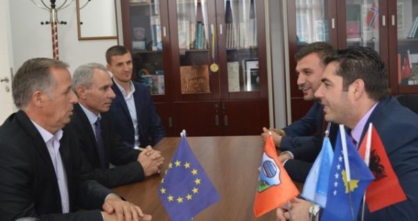 Ministri Hasani viziton Malishevën, me Begajn flasin për projektet në këtë komunë
