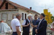 Ragip Begaj ndihmon në ndërtimin e një shtëpie në Malishevë