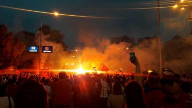 Flakë e shpërthime mbrëmë në Shkup kundër emrit të ri të Maqedonisë