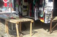 Gruaja vret burrin në mes të pazarit në Milot
