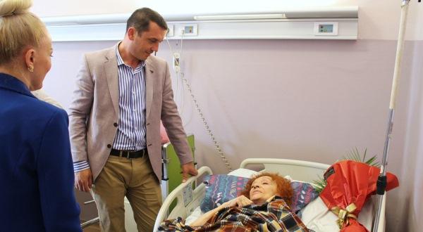Ministri Gashi viziton këngëtaren Nexhmije Pagarusha