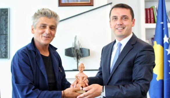 Ministri Gashi takon artistin me famë botërore, Sislej Xhafa