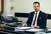 Ambasada amerikane përkrah OJQ-të në Prizren për shkarkimin e drejtorit të akuzuar