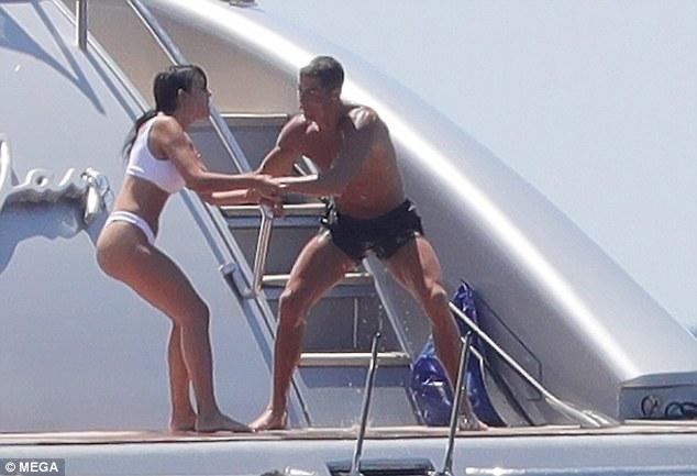 Ronaldo hedh të dashurën nga jahti (Foto)