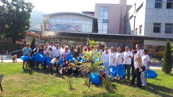 """Punëtorët e spitalit të Prizrenit në aksioin për shënimin e """"Ditës Botërore të Pastrimit"""""""