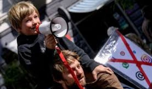 Protesta e rrallë, 'luaj me mua, jo me telefon', femijët thirrje prindërve