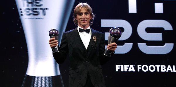 Modric në rrjete sociale tregon kujt ia dedikon trofeun e 'The Best